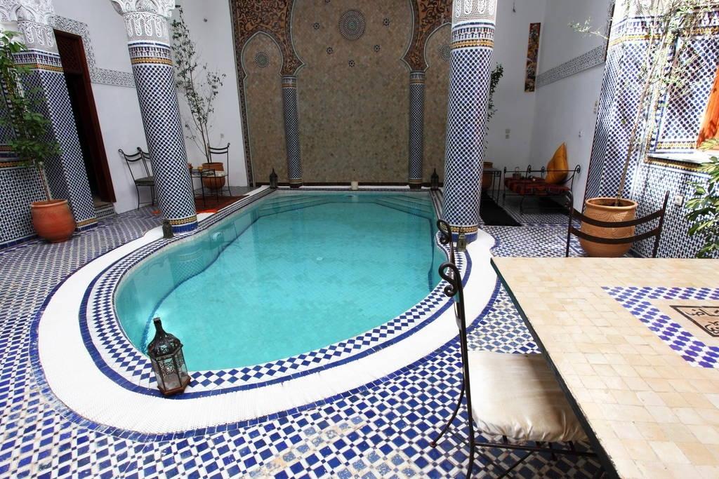 un patio dans un riad traditionnel de fes au maroc avec piscine magnifique. Black Bedroom Furniture Sets. Home Design Ideas