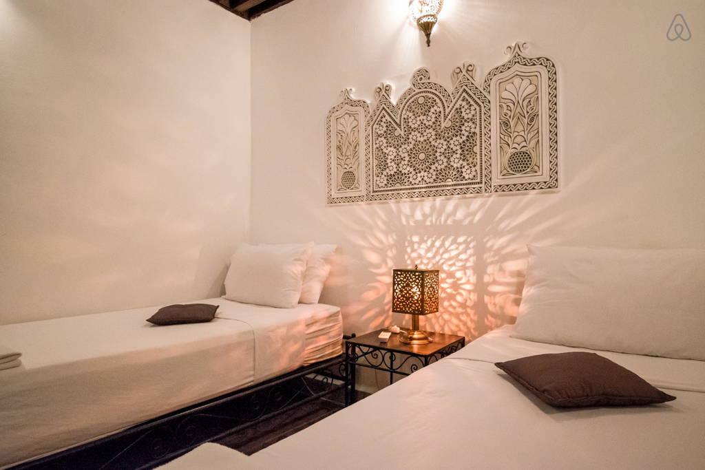 chambre d 39 hotes pas ch re dans la m dina de fes d 39 un riad r nov. Black Bedroom Furniture Sets. Home Design Ideas