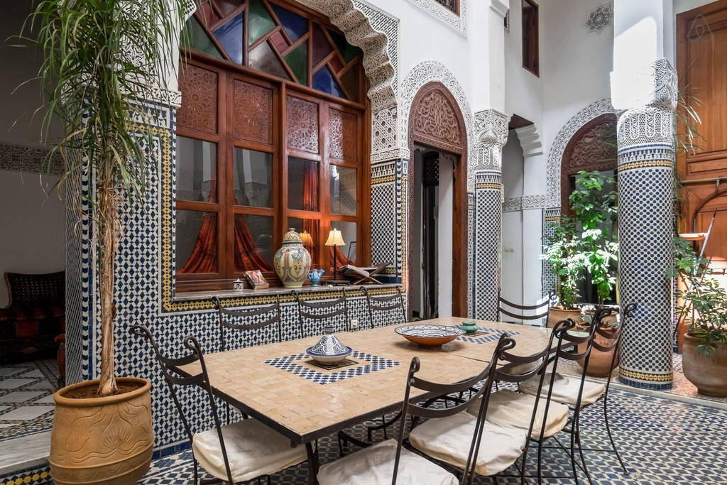 un patio dans un riad traditionnel de fes au maroc. Black Bedroom Furniture Sets. Home Design Ideas