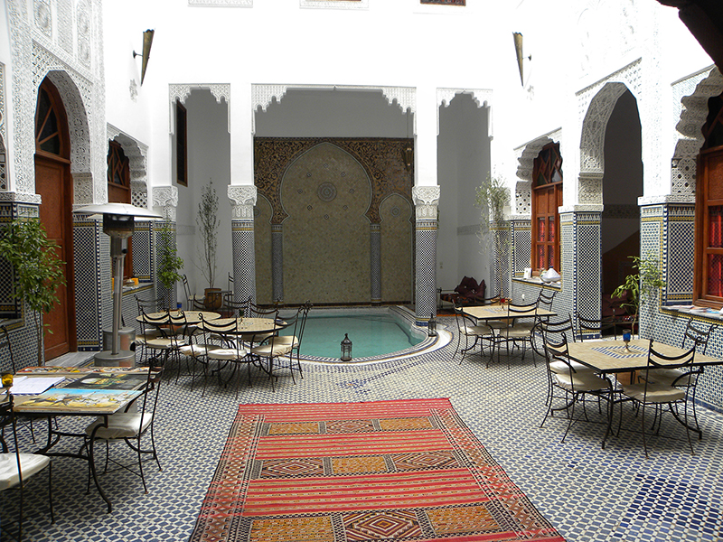 un patio dans un riad traditionnel de fes au maroc avec piscine magnifique. Black Bedroom Furniture Sets. Home Design Ideas